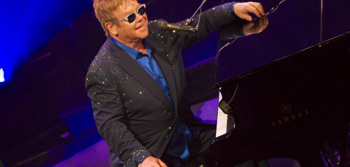 Elton John au piano @YCM